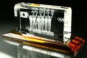 |ガラスの台座をご提案申し上げます。   なお、大型商品や超小型用の台座は特注にな...|クリスタル用の台座が欲しいです。|3Dクリスタル|記念品.comのFAQ