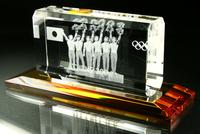  ガラスの台座をご提案申し上げます。   なお、大型商品や超小型用の台座は特注にな... クリスタル用の台座が欲しいです。 3Dクリスタル 記念品.comのFAQ