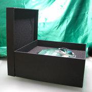 |各トロフィーや盾の大きさや形状に合った専用保護箱に入れてお届けいたします。  写...|No2クリスタル時計や表彰盾、トロフィーはどんな箱に入っていますか?|クリスタル盾|記念品.comのFAQ