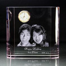 結婚祝い等に最適な時計付きの3Dクリスタルです!|ウェディングギフトや記念品に最適な時計付きの3Dクリスタルです!|サイドカラーピンク|クリスタル時計|記念品.com