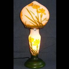 開店祝いの贈り物などに・・|白色ベースに橙色の花に留まる蝶々がバランス良くデザインされています。|WDG0702-1|ガレ調ランプ・キセグラス|記念品.com