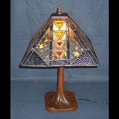 |殆どのランプが円形の中で、幾何学的な模様の四角いフォームが似合って、事務デスクの上でも違和感のない様なデザインです。|XD13-501|ティファニー調|記念品.com