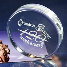 卒業記念にピッタリ!|シンプルで嫌味のない形状で高品質な光学ガラスを使用したペーパーウエイトです。 1...|円形Φ70mm|ペーパーウェイト|記念品.com