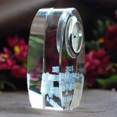 内部レーザー加工でガラスの中に文字が浮かぶ|記念品.com